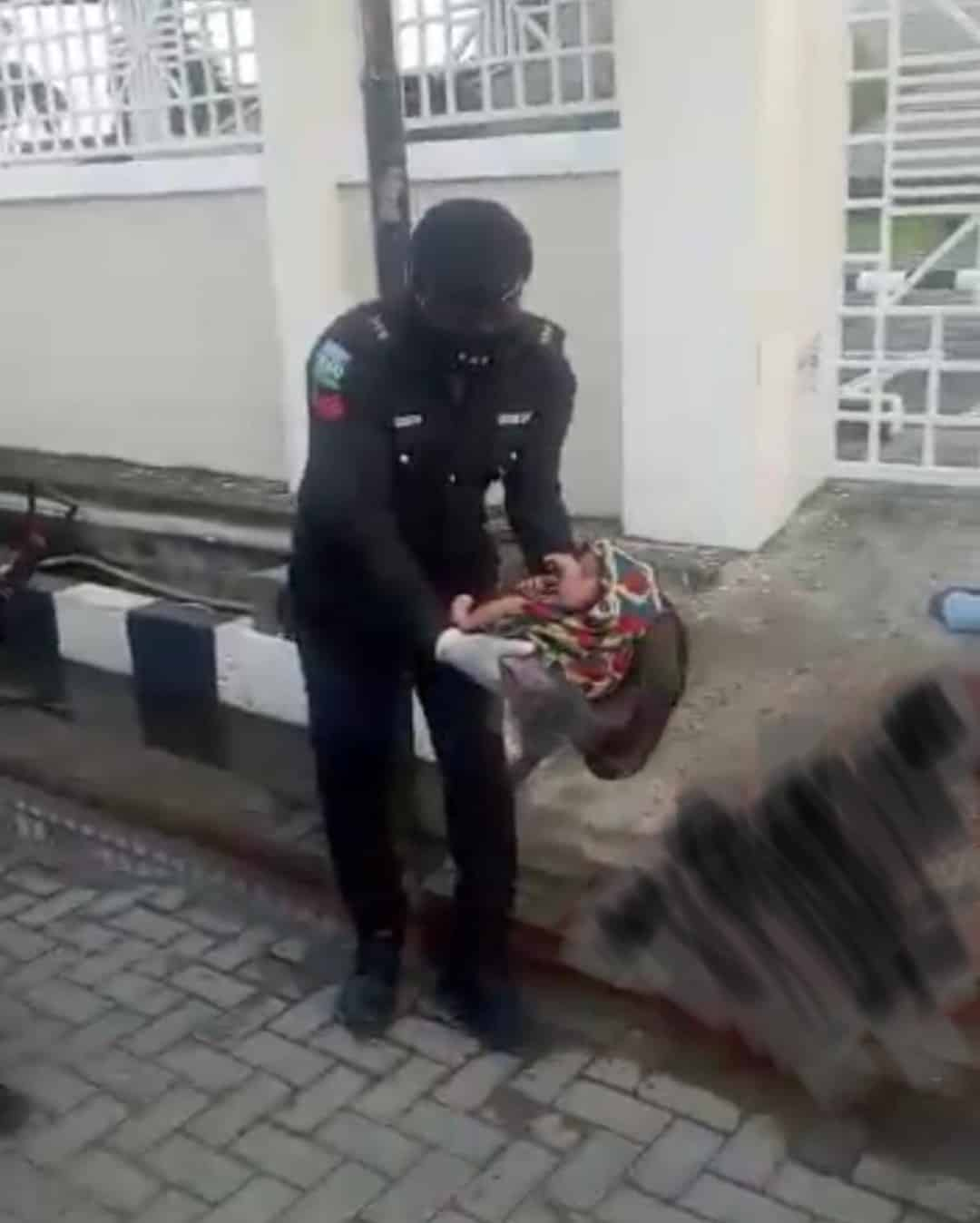 A Pregnant Woman Redeemed By A Police Commander In Nigeria To Deliver By The Roadside